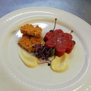 Battuta di manzo scottona con salsa senapata e biscotto al parmigiano